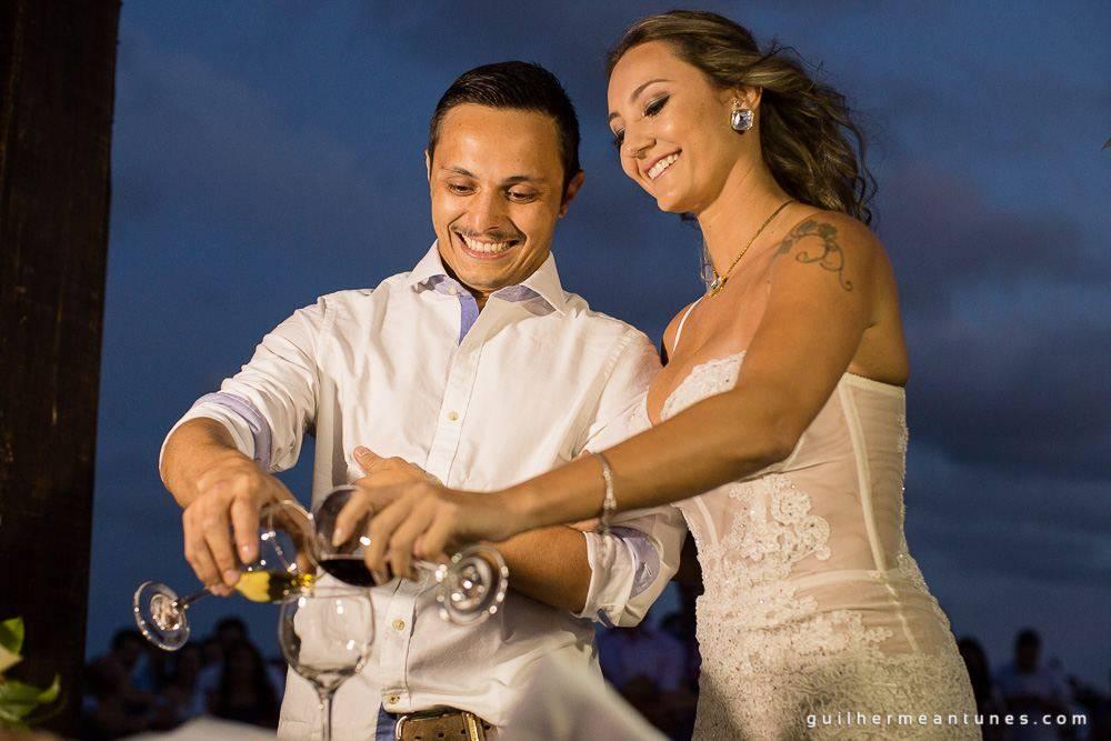 Foto de Casamento na praia de Larissa e Ronaldo brinde de tradição