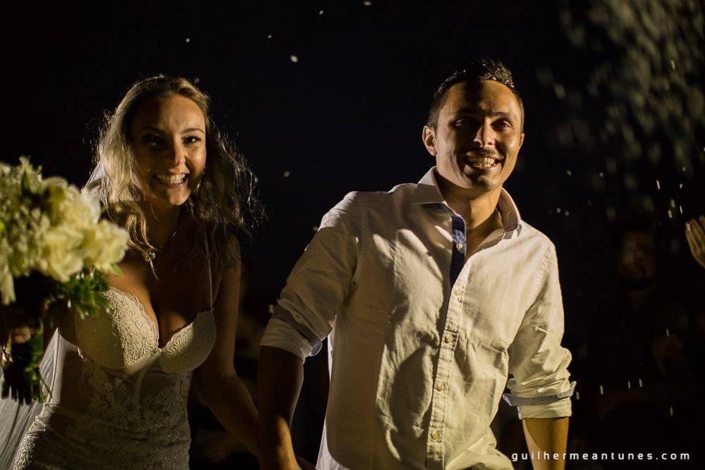 Foto de Casamento na praia de Larissa e Ronaldo mão dadas a noite