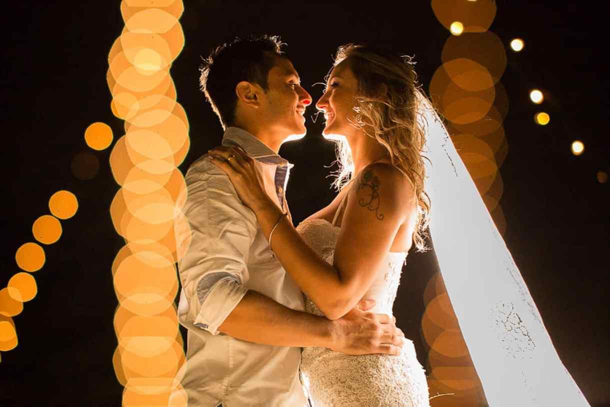 Fotografia de Casamento em Itapema: A benção de um beijo sob as luzes