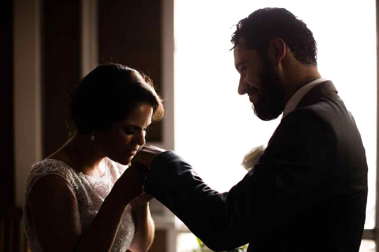 Fotografia de Casamento em Itapema: A benção de um beijo na mão