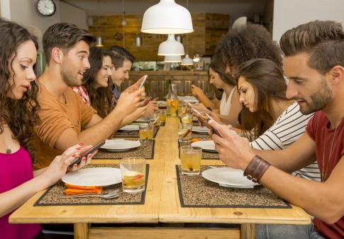 Jeunes au téléphone communication