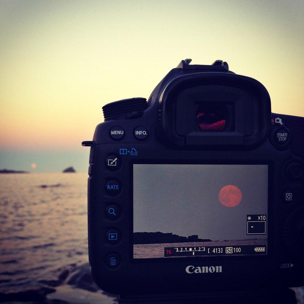 Fotografiant la lluna (plena) des de Cadaqués amb iPhone