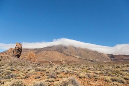 Panorámica del Teide con el Dedo de Dios, roque de piedra basáltica.