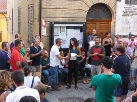 Il sindaco Carlo Racciatti consegna la cittadinanza onoraria ad Elena Mazzi