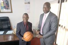 Ministère des Sports : Sakoba Keïta offre un trophée de reconnaissance à Bantama