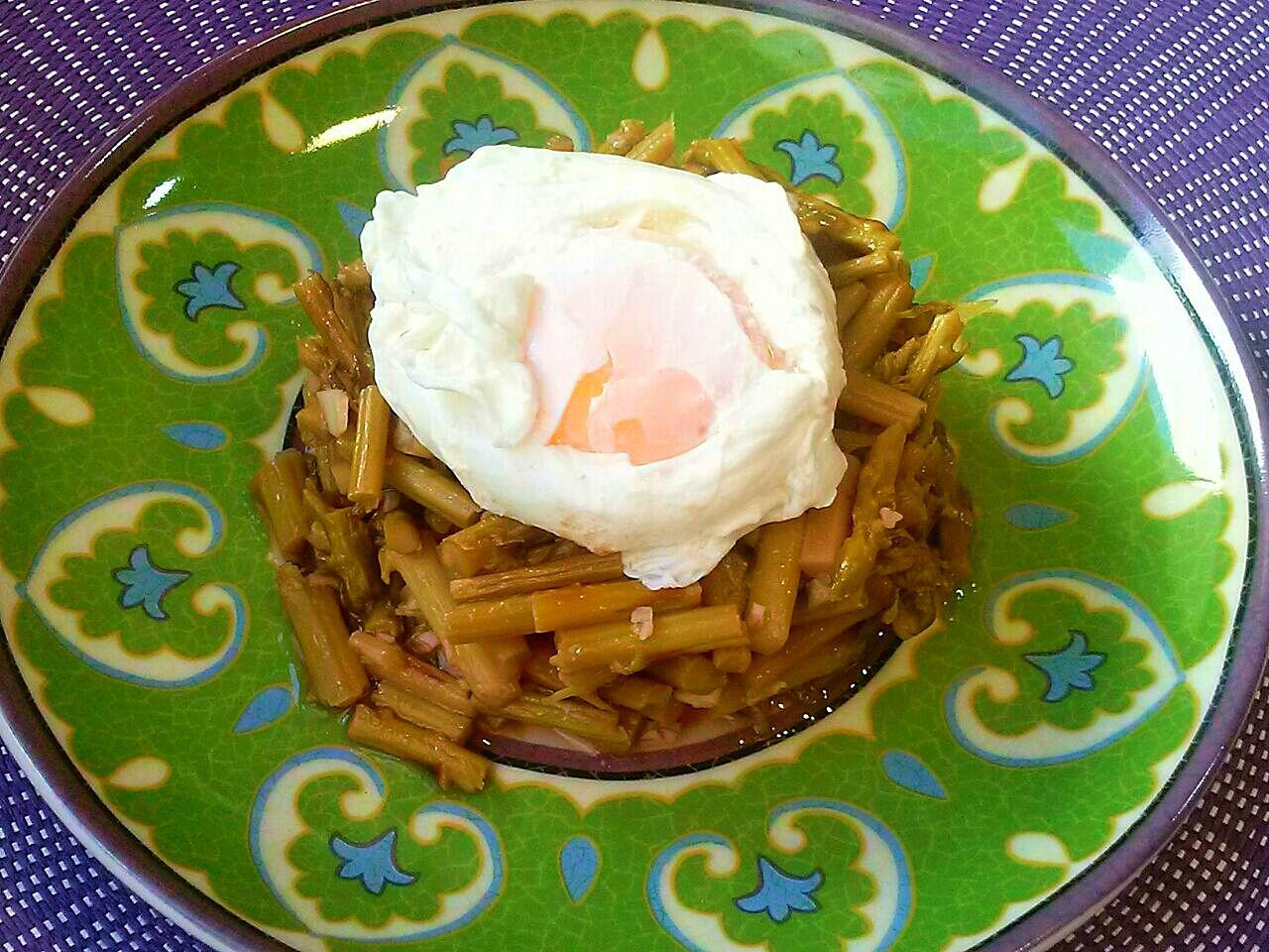 Espárragos trigueros al ajillo con huevo