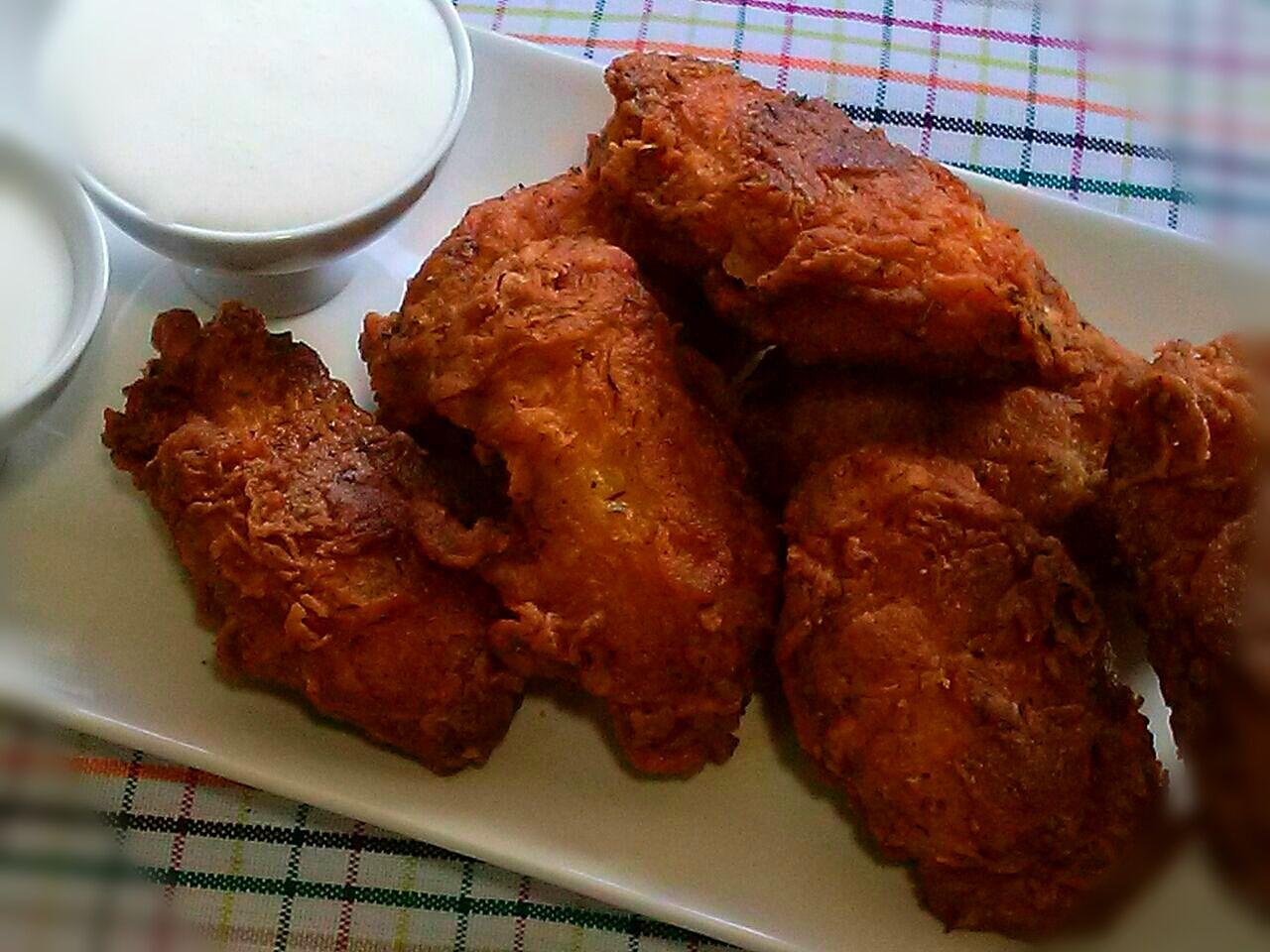 Alitas de pollo estilo Kentucky, acompañadas de Salsa de Queso Azul