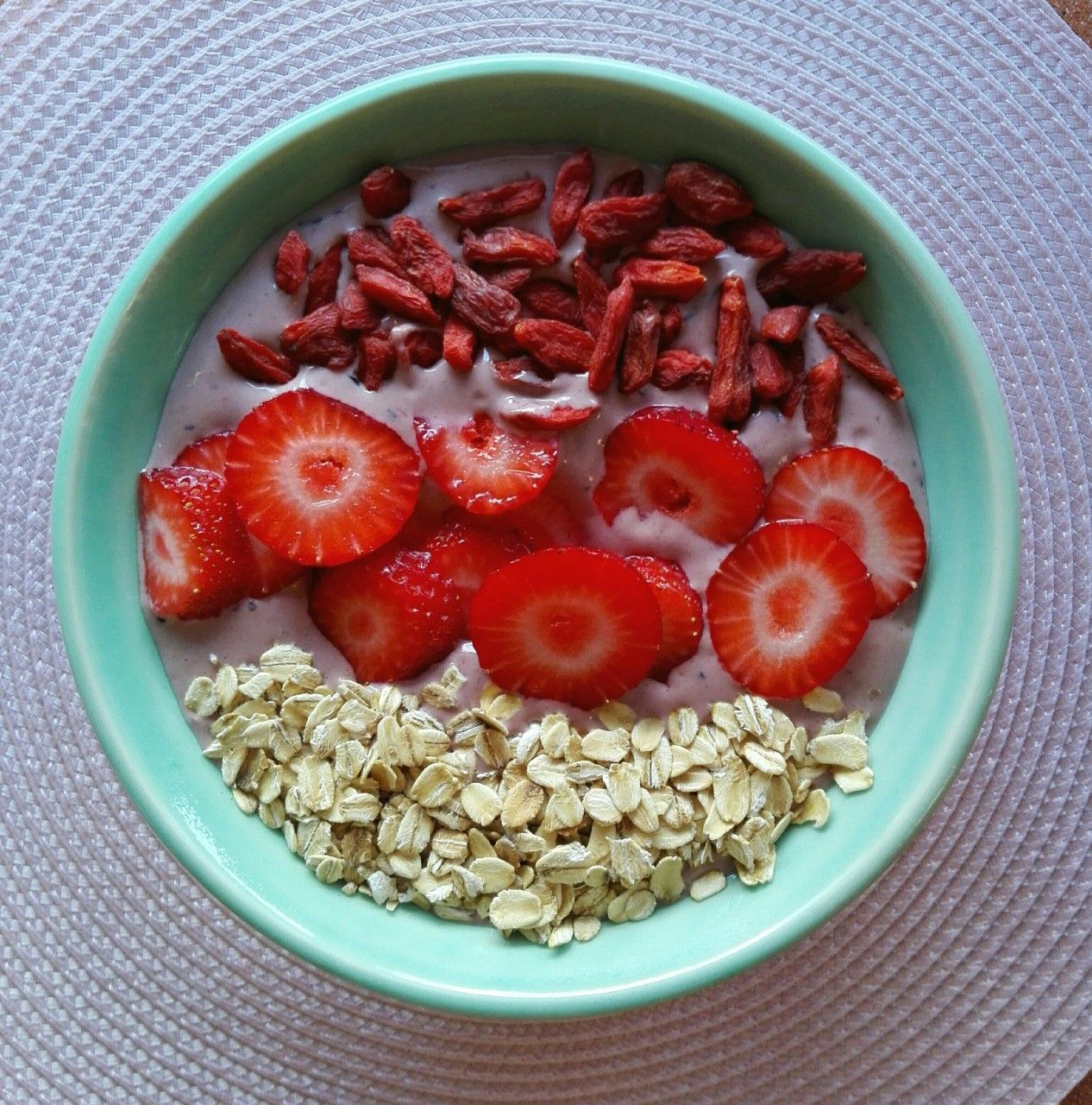 Smoothie bowl con cacao, copos de avena y fresas