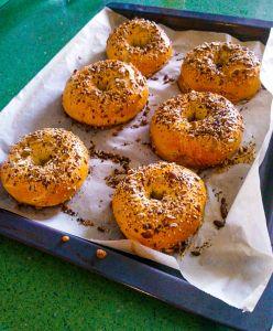 Bagels caseros recién salidos del horno