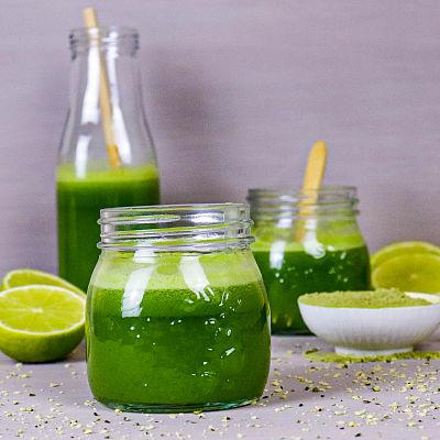 Jugo verde de pepino con hierba de trigo y limón