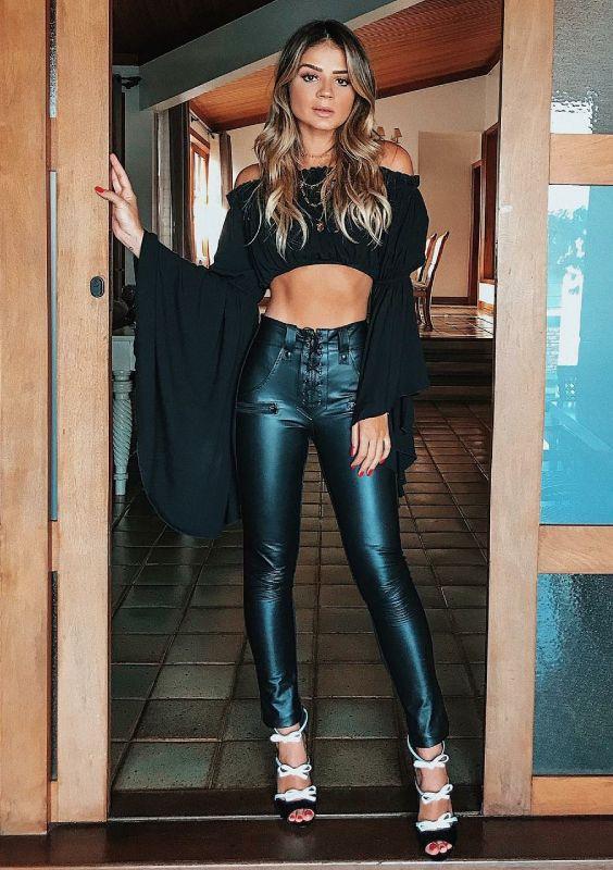 look all black com calça de couro