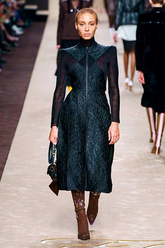 vestido preto com obreiras