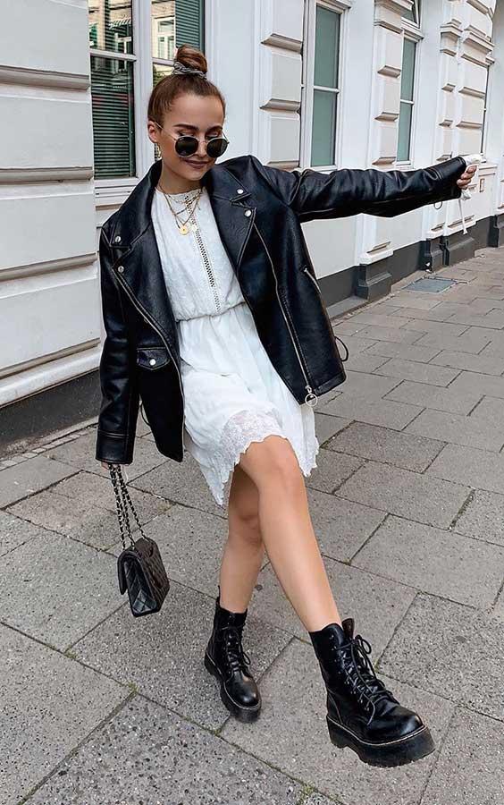 vestido branco e jaquta de couro