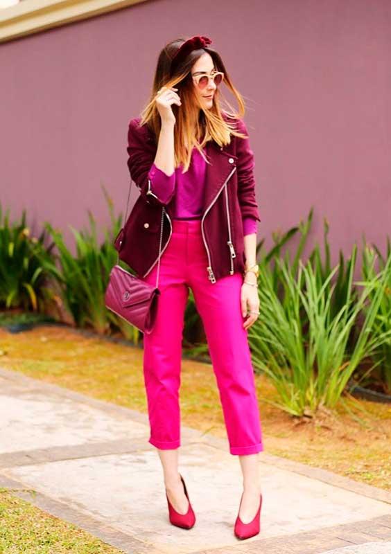 calça rosa de alfaiataria na balada
