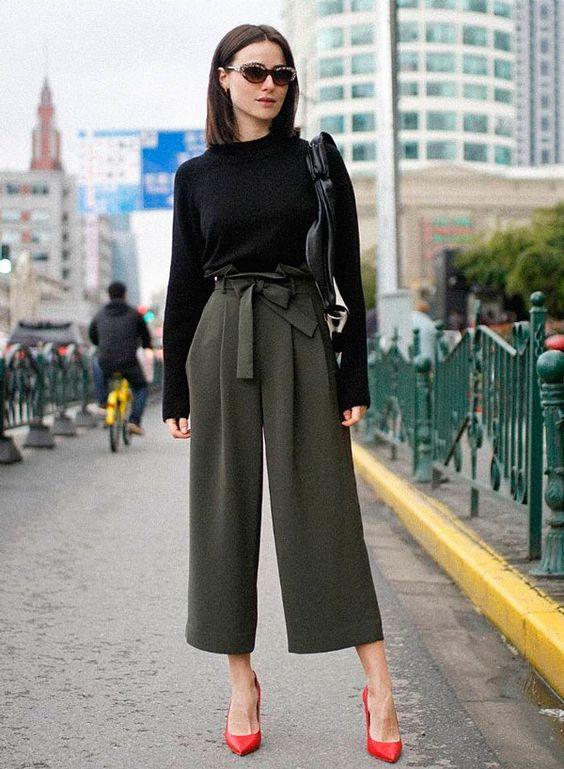 suéter preto, calça clochard verde militar, sapato rosa