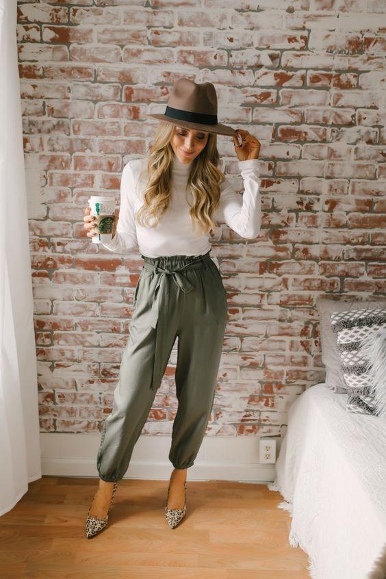 chapéu fedora, blusa branca de gola alta, calça clochard verde militar