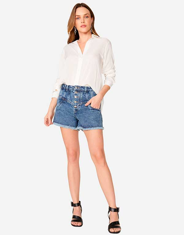 camisa branca e short jeans na primavera