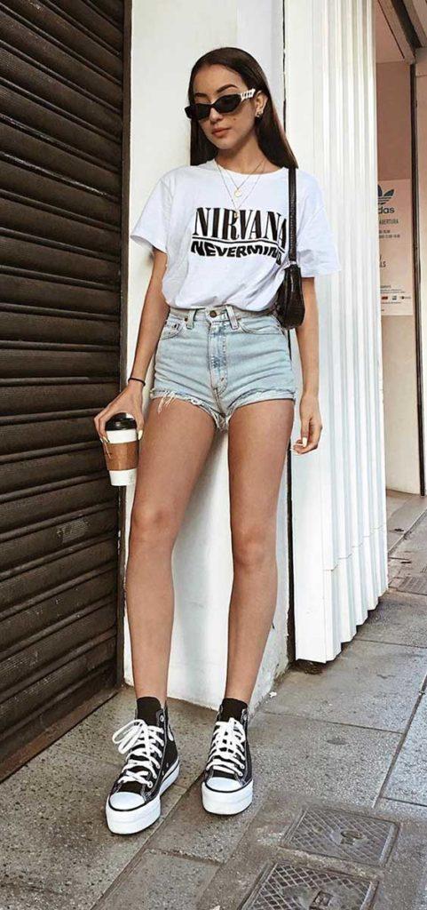 t-shirt estampada e shortinho jeans