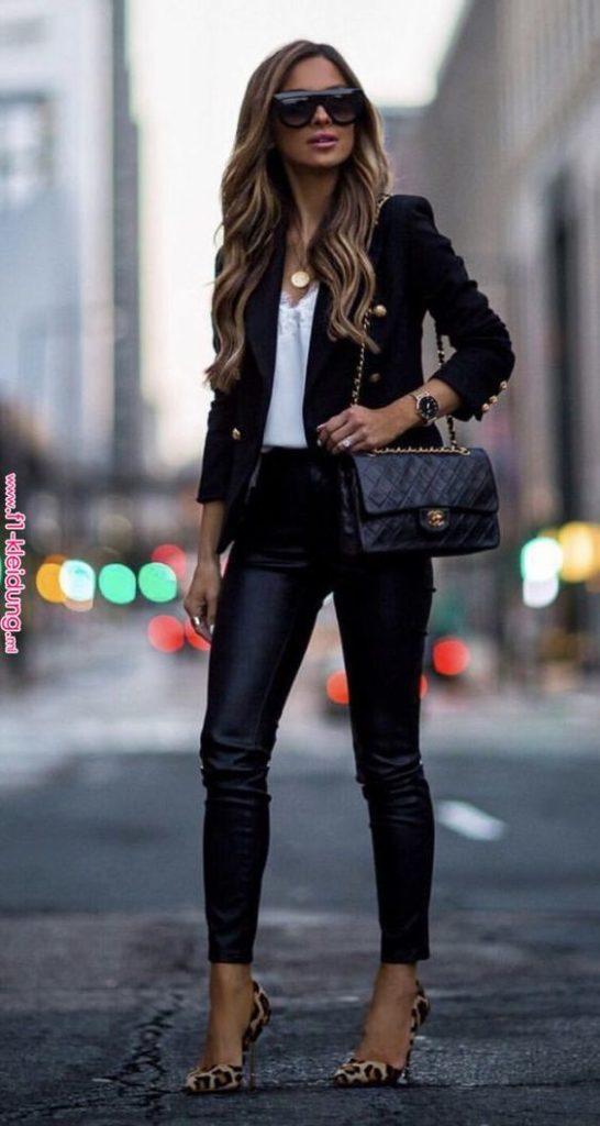 jaqueta preat, blusa brana, calça de couro e scarpin de oncinha