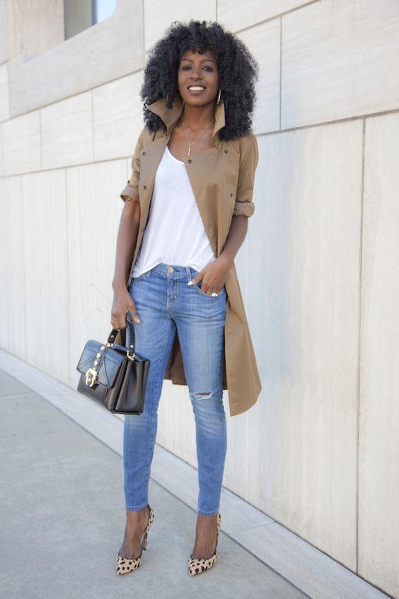 trench coat, blusa branc acalça jeans e scarpin de oncinha