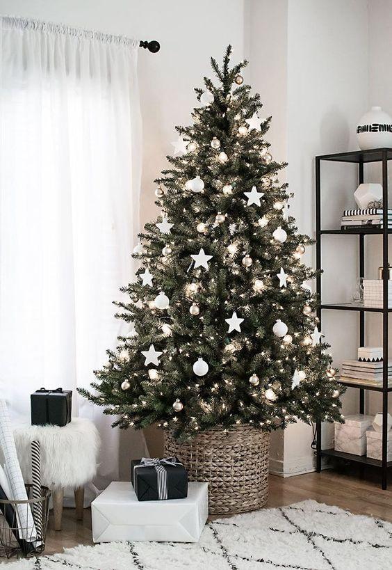 decoração de natal com detalhes dourados e brancos
