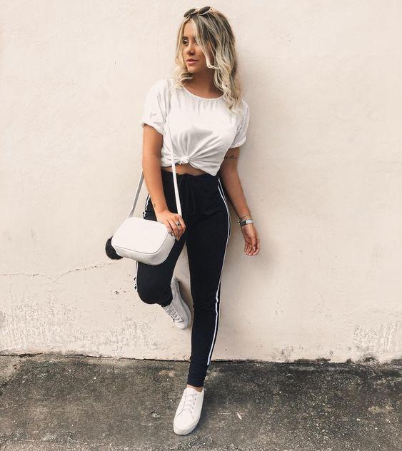 looks tublr com tênis branco, t-shirt com nosinho e calça jogger