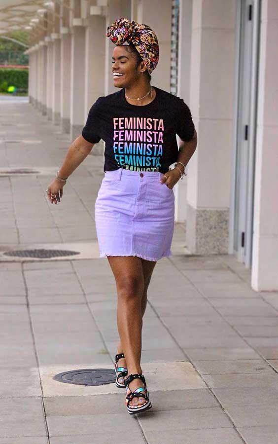slogan t-shirt e saia lilás, na primavera