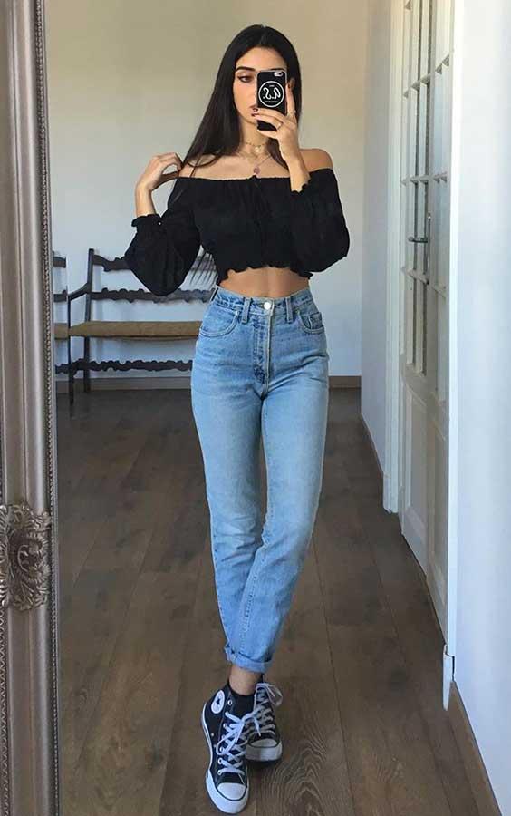 Mari Malibu com cropped preto e calça jenas