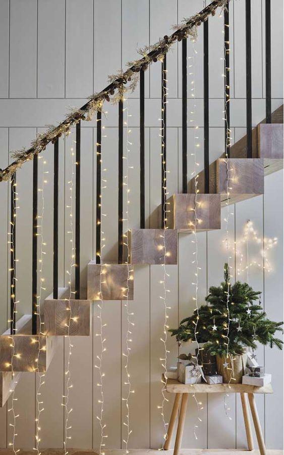 decoração de natal na escada com pisca pisca