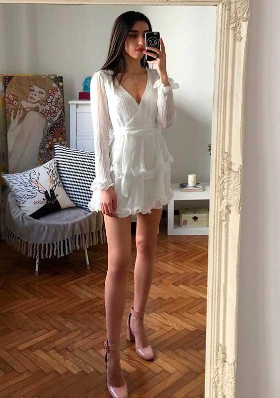 Mari Malibu com vestido de branco