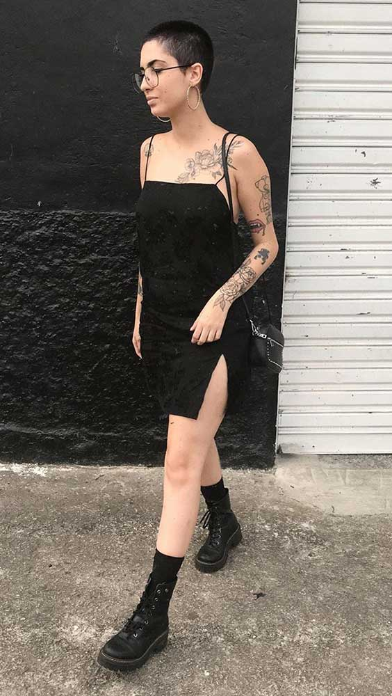 vestido preto com decote reto e coturno
