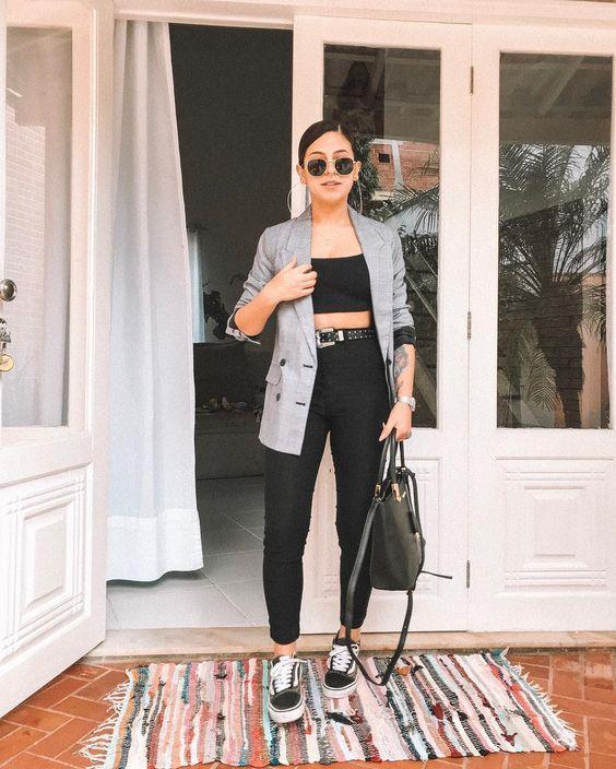 blazer cinza xadrez calça e tênis preto