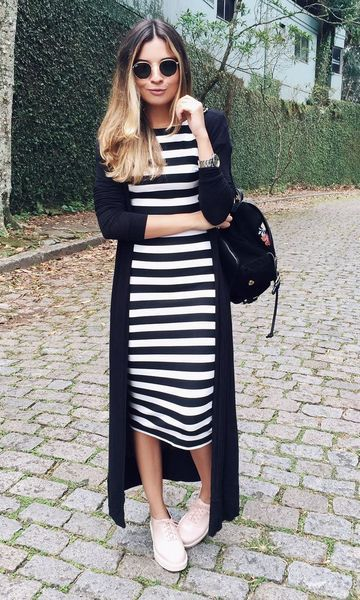 vestido listrado preto e branoc, maxi cardigã e tênis branco