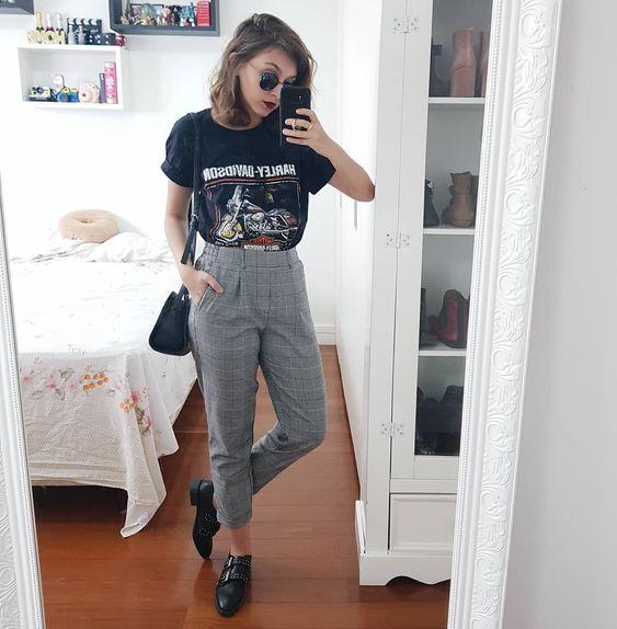 t-shirt e calça de alfaiataria xadrez
