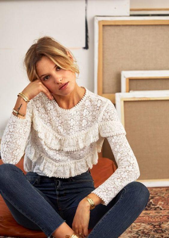 blusa vitoriana de manga e calça jeans