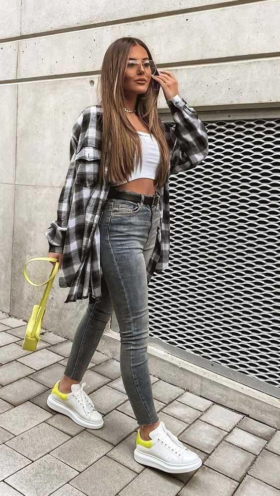 look de outono, camisa xadrez, cropped e calça jeans