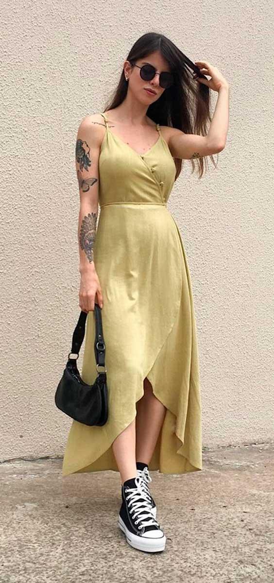 vestido midi amarelo e all star preto