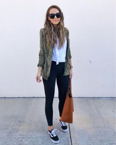 parka verde militar, camisa branca e calça preta