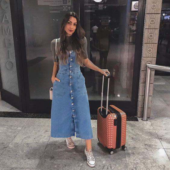 sobreposição com blusa cinza e vestido jeans