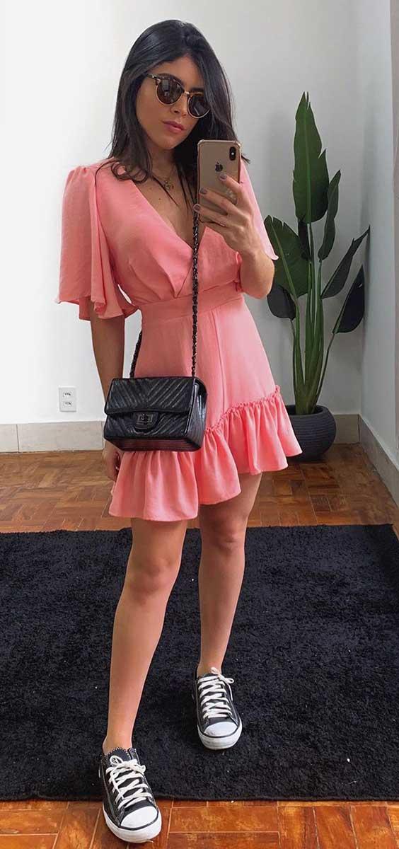 vestido rosa com babados, bolsa preta e tênis all star preto
