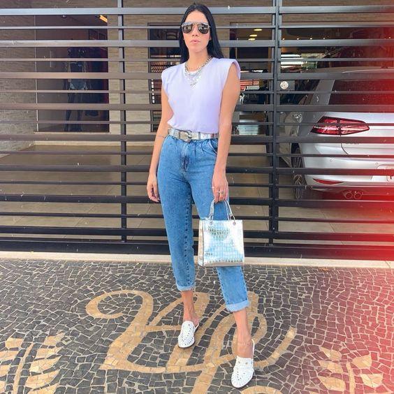 calça jeans com barra desfiada, flat mule