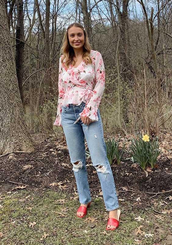 blusa de manga floral, calça jeans destroyed, sapato vermelho