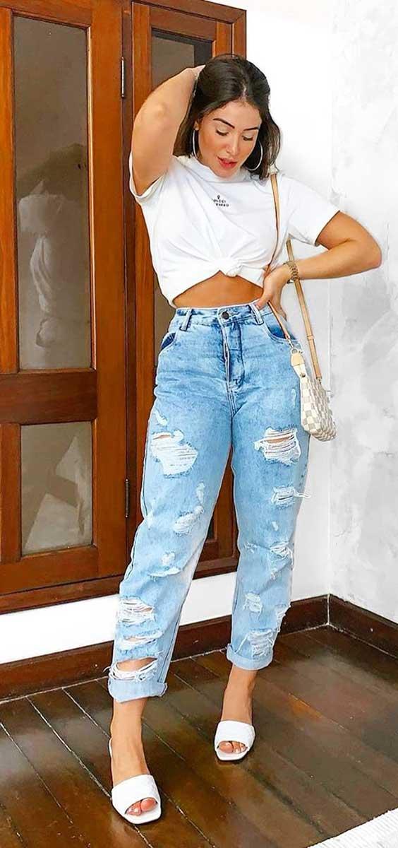 t-shirt branca, mom jeans destroyed, sandália branca de bico quadrado