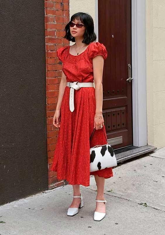 vestido midi vermermelh, cinto branco, bolsa de vaquinha