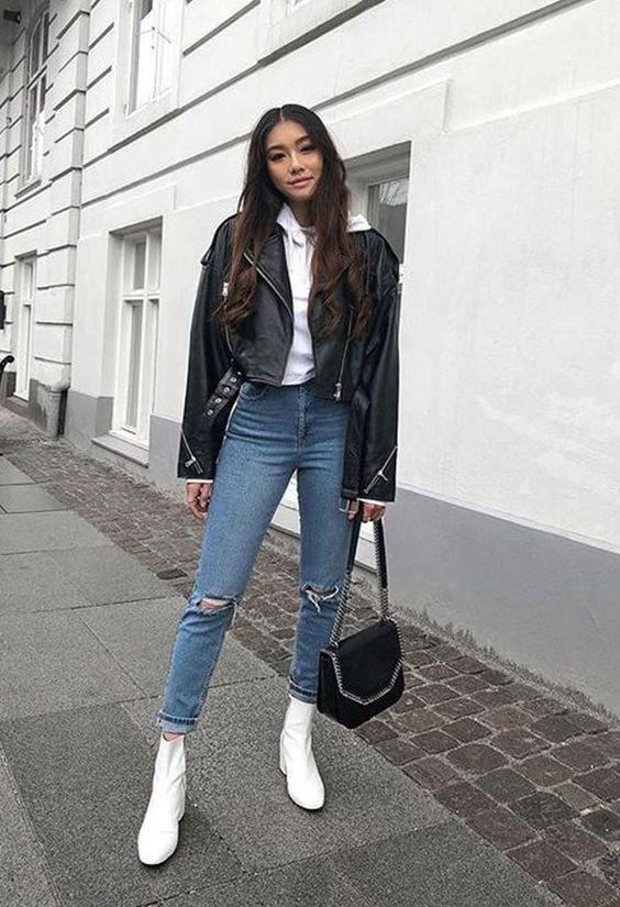 Jaquta de couro, sobreposição com moletom branco, calça jeans destroyed, ankle boot branca