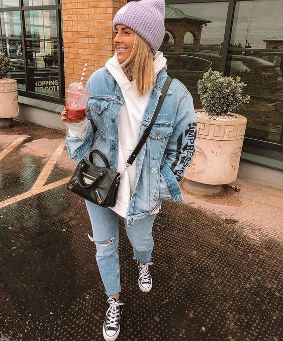 sobreposição com jaqueta jeans e moletom oversized, calça jeans destroyed, gorro na cabeça