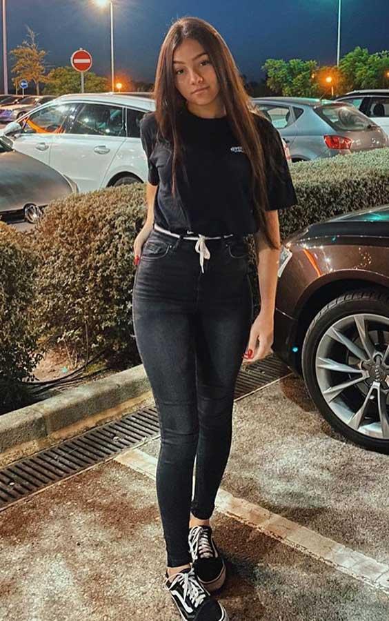 t-shirt preta, calça preta e tênis bans