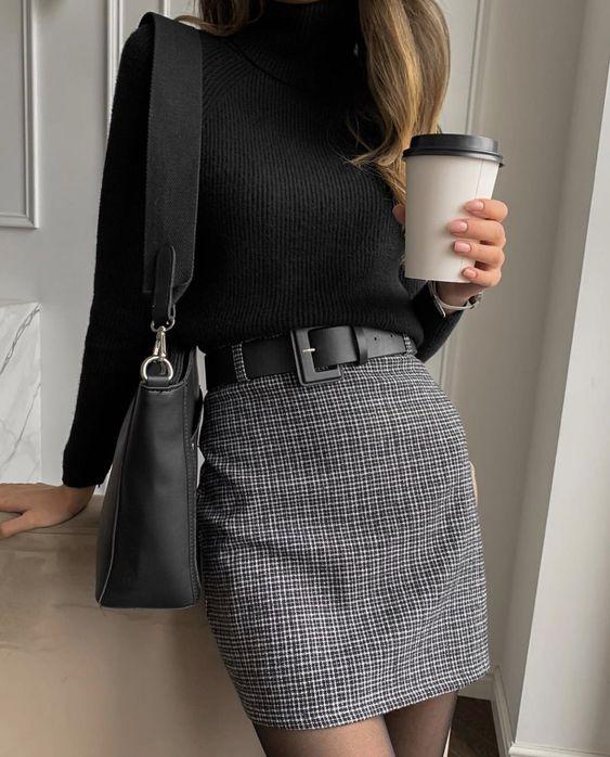blusa preta, maxi cinto, minissaia cinza xadrez