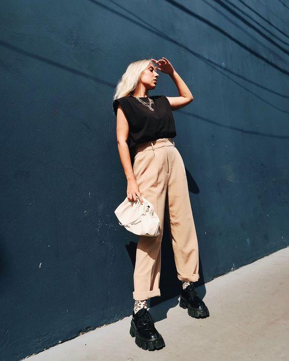 look minimalista com calça bege e blusa preta