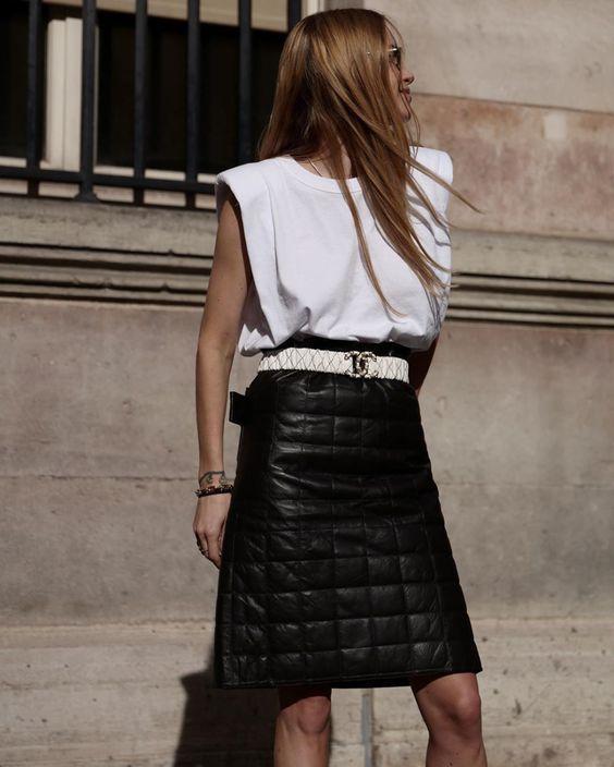 look preto e branco com muscle tee com ombreiras branca e saia preta de couro